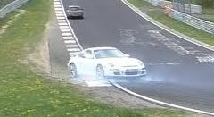 ポルシェ 997 GT3 がニュルでクラッシュしちゃう動画