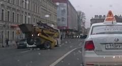 何があった?道路の真ん中で踊り狂うスキッドステアローダー