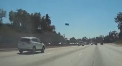 空から飛んできたナンバープレートに激突しちゃうビックリ動画