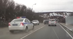 逃走車両を追跡中のパトカーがクラッシュしちゃう動画