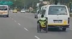 自動車にしがみついて高速移動する車椅子の達人wwww