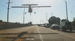 道路にセスナが緊急着陸しちゃう動画