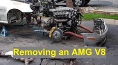 一人でメルセデス E55 AMG のエンジンを取り外す方法がわかる動画