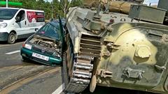 うっかり戦車がポロに乗り上げちゃった動画