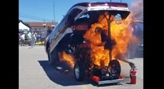 ドラッグカーのエンジン調整中に出火しちゃったビックリ動画