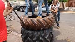 どうしてもタイヤの中にタイヤを入れたい男達wwww