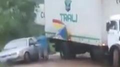 滑ってきたトラックを傘で止めちゃうパラソルおじさん