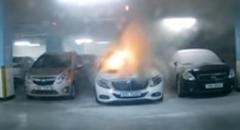 いきなり車両火災 ベンツが駐車場で突然燃えちゃう動画