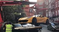 迷惑駐車で強制撤去されるフェラーリ 812 スーパーファスト