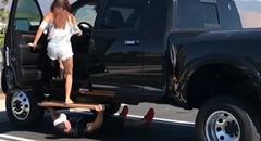 女性がリフトアップされたトラックに乗る方法あれこれ