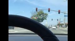 テスラのオートパイロット 赤信号を華麗にスルー