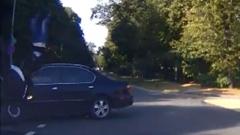 車に衝突したライダーが一回転して屋根に着地しちゃう奇跡動画