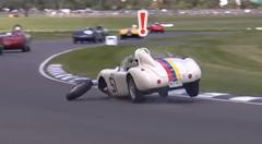 タイヤが外れちゃったクラシックカーレースのアクシデント動画