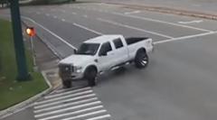 交差点を超絶ドリフトで右折するピックアップトラック