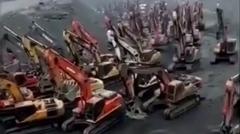 一体何が始まるんです?ショベルカーが大集合しちゃってるビックリ動画