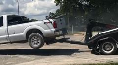 ピックアップトラック vs 牽引トラック 仁義なき戦い動画