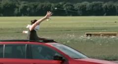 シュコダに乗って飛んでる矢を素手でキャッチしちゃう超スゴ技動画