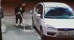 離れてるのに無理やりガソリン入れようとする女性ドライバー