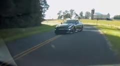 あっぶね!対向車線のGT-Rと危うく衝突しそうになっちゃう動画