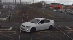 踏切を無理やり渡ろうとして列車と激突しちゃう動画