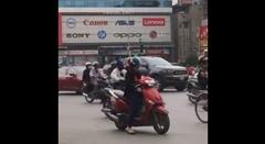 ベトナムの女性ライダー 道路の真ん中で検索しちゃうの巻