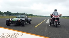 ケータハム セブン 275 R vs ホンダ ゴールドウィング 加速対決動画