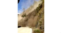 道路に面した崖が崩れる瞬間を捉えたガクブル映像