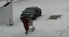 ベビーカーを押して歩く女性 危機一髪動画