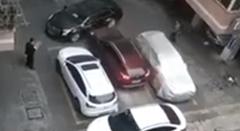駐車場に閉じ込められた車が無理やり脱出しちゃう動画