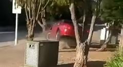 交差点でドーナツターンをやろうとしたマスタングがクラッシュしちゃう動画