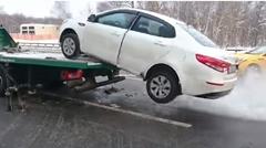 俺の車を持っていくなー!強引にレッカー車から脱出しちゃう動画