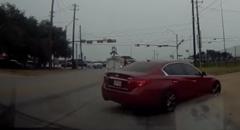 交差点で踏みすぎたインフィニティ Q50がスピンしちゃう動画