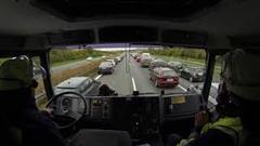 アウトバーンの車両火災現場に急行するドイツの消防車オンボード動画