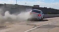 高速道路でバイクとバトルったBMW M4 カブリオレがクラッシュしちゃう動画