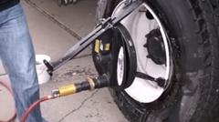 トラックに装着したままタイヤの組み換えができちゃうタイヤチャンジャー