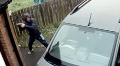 車両荒らしが石で車の窓ガラスを割ろうとするも反撃にあうの巻