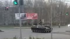 交差点を自走中のロシアン戦車 うっかり事故る