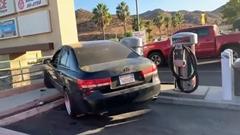 事故った女性ドライバーが必死に逃げようとしちゃう動画
