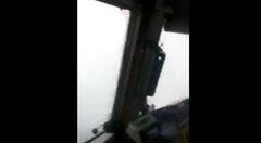驚きの方法でガラスの霜を取るロシアの列車運転士
