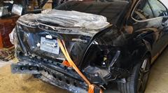 リアが大破したメルセデス C63 AMGを修理するロシアの板金職人