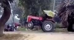 トラクター「ヘルプ!荷物が重すぎて動けない!」