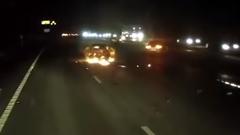 燃えている車から女性を救出する勇気あるトラックドライバー