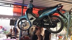 スゲー!バイクを頭に乗せちゃうベトナム人女性