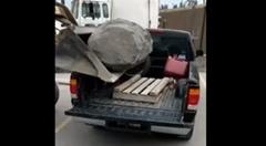 ピックアップトラックに巨大な石を積むよ → クラッシュ