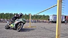 ドリフトしながらバーをくぐるバイクリンボーコンテスト
