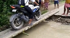 バイク「橋が細いから気をつけて渡るよ」