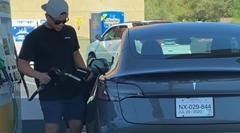 テスラ乗りの男性「この車 給油口はどこにあるんだ?」