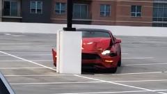 駐車場でイキったフォード マスタングがクラッシュwwww