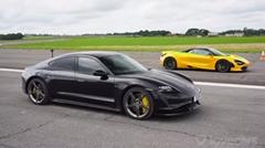 ポルシェ タイカン ターボS vs マクラーレン 720S スパイダー ドラッグレース動画