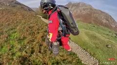 ジェットスーツなら山で遭難しても迅速に駆けつけるよ